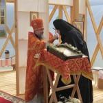 Протоиерей Николай Коляда поздравляет настоятельницу матушку Иларию