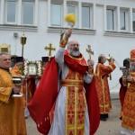 Крестный ход. молящихся окропляет протоиерей Николай Прусаков